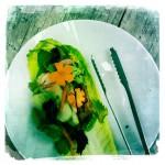 """římský salát, Momofuku """"sekaná"""" citronovou trávou, pickles, thajská bazalka, máta, perilla, koriandr"""
