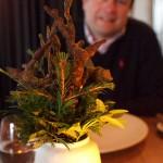 Váza smaskovanou jedlou větví ze sladového chleba