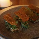 Křupavý toast sjikrami ztresky, bylinky, sušená zálivka, škraloup zkachníhovývaru