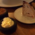 Žitný chléb, vyšlehané kozí máslo, sádlo a škvarečky zvepřovékůže