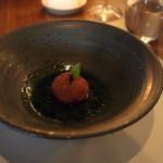 Dušený topinambur ve tvaru jablka, sušené slupky zjablek, kyselá bylinkováomáčka